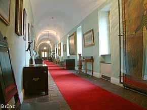 Lungo Il Corridoio In Inglese : Bronte insieme monumenti castello nelson il museo